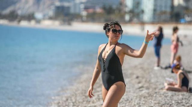 Antalya sahilleri kısıtlamadan muaf olan turistlerle doldu taştı