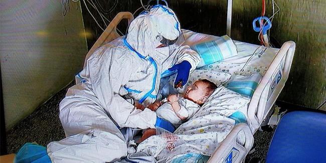 Günün karesi: Hasta bebeğe hemşireden anne tesellisi